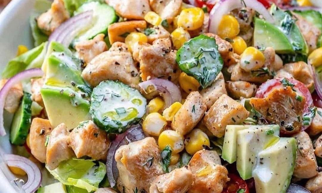 Salată cu pui şi iaurt