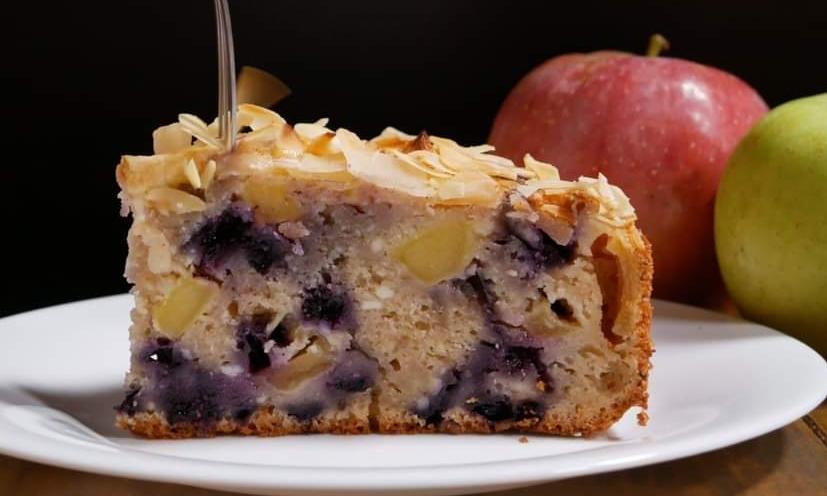 Prăjitură cu mere, struguri şi migdale